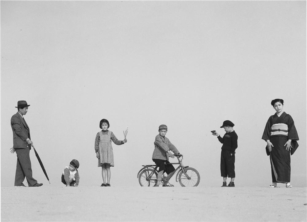 爸爸、妈妈和孩子们 21cm×28.2cm,明胶银盐,1949 年,©植田正治事务所.jpg